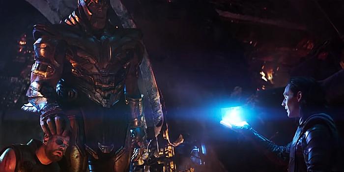 Loki overhandigt Tesseract aan Thanos